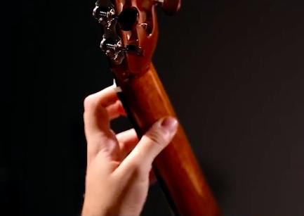 posição correta polegar para tocar violão