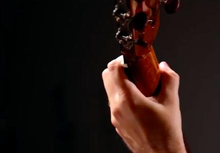 posição errada polegar para tocar violão